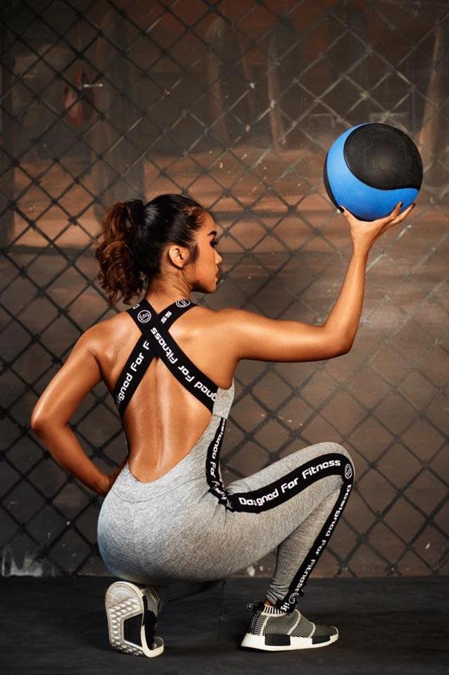 Ảnh nữ gymer tạo dáng với quả bóng