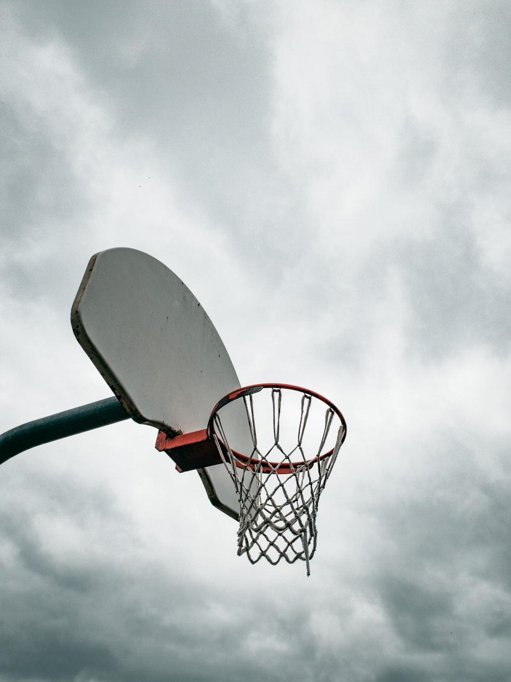 Hình ảnh bầu trời và rổ bóng rổ