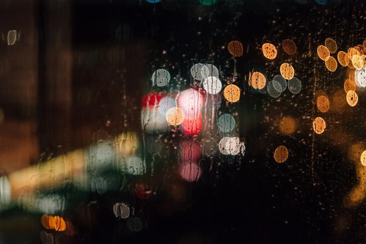 Background ánh đèn dưới mưa